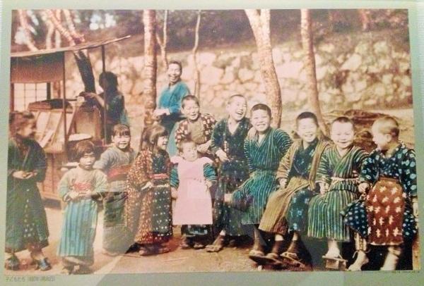 江戸時代庶民の暮らしは豊かだったが、明治以降徐々に貧しくなった