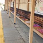 駅のベンチにあった座布団