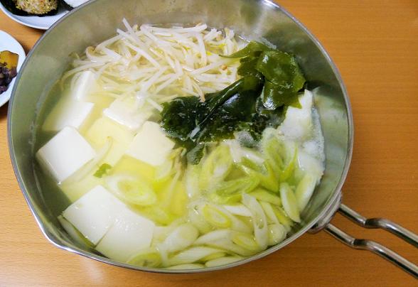体を温めて胃腸に優しい「わかめ湯豆腐」