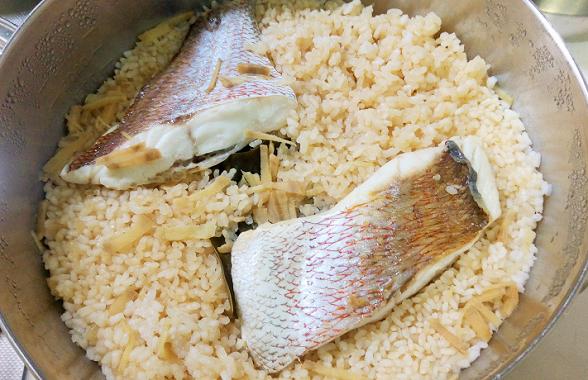 13年間使った炊飯器が壊れ、鍋で美味しい鯛飯を炊いた