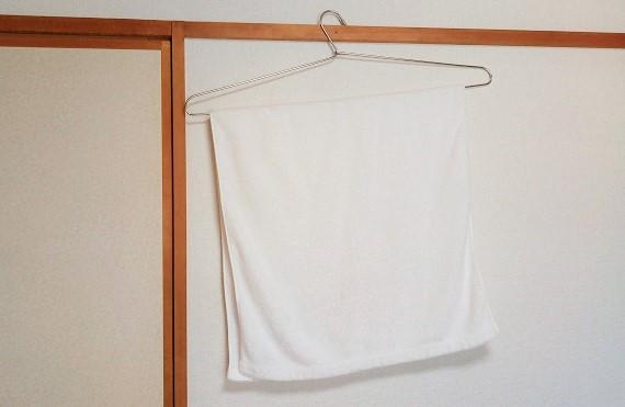 ステンレス製・折りたたみ可能のバスタオルハンガーのおかげでバスタオルがよく乾く